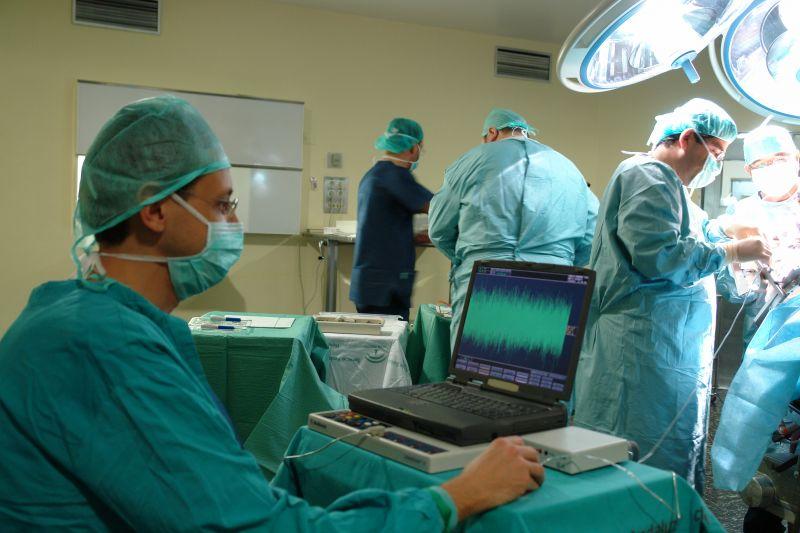 El Hospital Virgen de las Nieves ha minimizado los síntomas del Parkinson a 400 pacientes con una cirugía de alta especialización