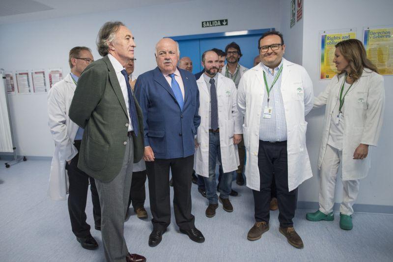 El consejero de Salud, Jesús Aguirre, visita el Hospital Virgen de las Nieves