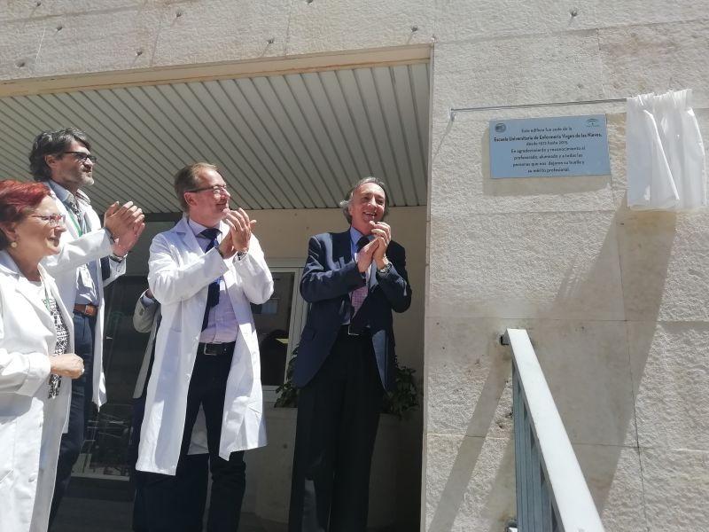 El Hospital Virgen de las Nieves celebra el Día de la Enfermería con la instalación de una placa conmemorativa de la antigua escuela de Enfermería
